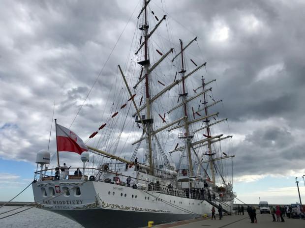 Dar Młodzieży w piątek zacumował na kilka godzin przy Nabrzeżu Pomorskim. Za niecały miesiąc wypłynie w Rejs Niepodległości.