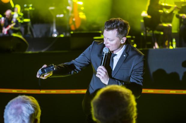 Rafał Brzozowski, korzystając z dobrodziejstw techniki, zaśpiewał dwie z piosenek w duecie z artystami, którzy podczas koncertu byli nieobecni - z Ireną Santor oraz ze zmarłym Zbigniewem Wodeckim.