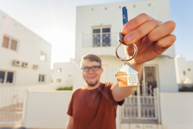 Trójmiejscy deweloperzy potwierdzają, że kawalerki w bardziej oddalonych od centrum lokalizacjach kupują głównie młodzi ludzie. Jest to zakup pierwszego w życiu mieszkania.