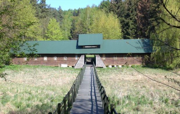 """Drewniana brama bazy harcerskiej """"Morena"""" z prowadzącym do niej pomostem, który został rozebrany kilka lat temu. To właśnie w miejscu widocznej na zdjęciu łąki powstanie zbiornik retencyjny Jaśkowa Dolina."""