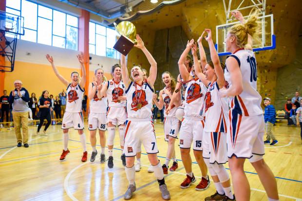 Koszykarki Politechniki Gdańskiej cieszą się z wygrania I rozgrywek I ligi kobiet.