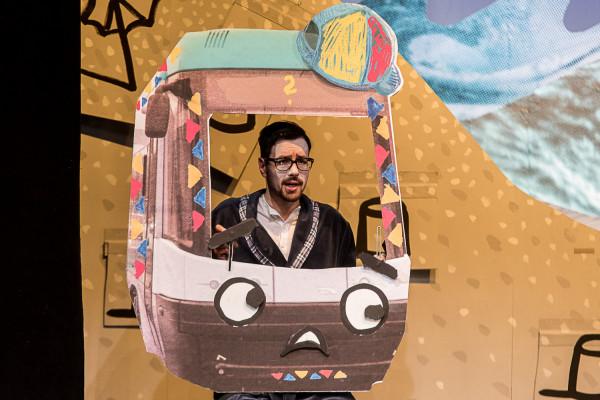 Spektakl poświęcony przełamywaniu dziecięcych lęków o dzielnym tramwaju bez imienia, który wyrusza w podróż, by na nie zasłużyć. Będzie można zobaczyć za 300 groszy 12 maja o godz. 12 - kasy otwarte będą od godziny 9.
