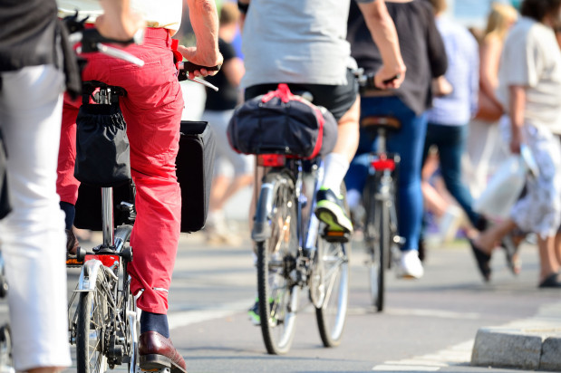 Jazda rowerem poprawia funkcjonowanie mózgu, chroni przed chorobami serca, kształtuje mięśnie, zwłaszcza kończyn dolnych, oraz wzmacnia mięśnie pleców.