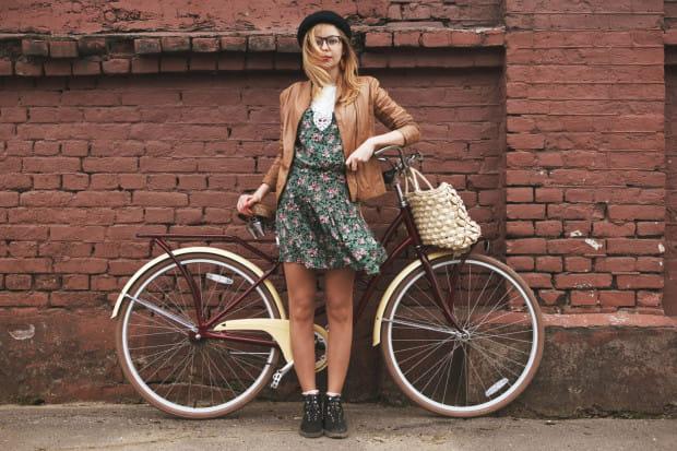 Zarówno treningowa jazda rowerem, jak i pokonywanie drogi do pracy tym środkiem transportu przyczynia się do wzrostu naszej ogólnej aktywności fizycznej.