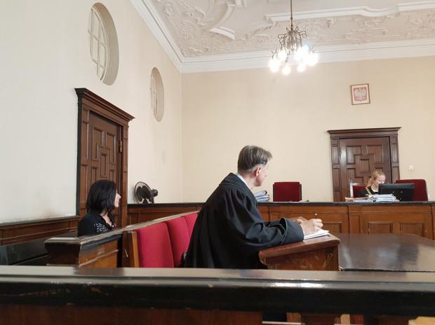 Ewa Hronowska, właścicielka B90, sugeruje, że cała sprawa jest motywowana polityczne i nie przyznaje się do winy.