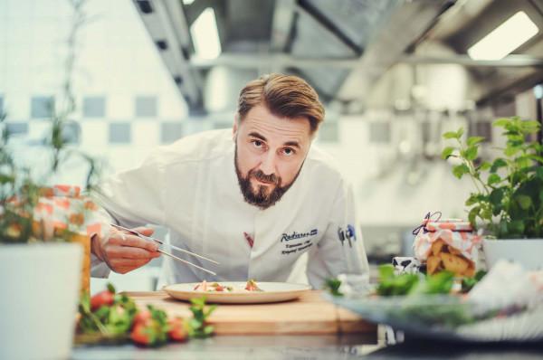 Krzysztof Kowalczyk, szef kuchni w restauracji Brasserie de Verres en Vers mieszczącej się w Hotelu Radisson Blu.