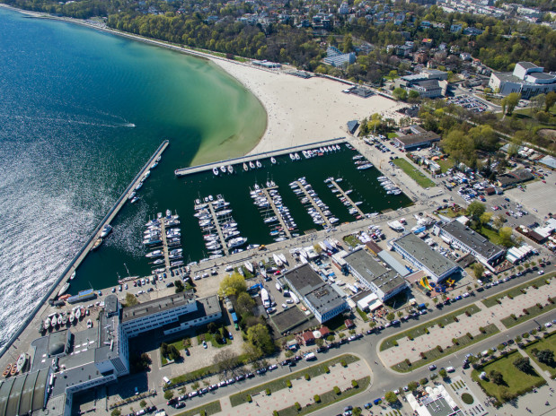 Obecna marina na 260 jednostek w Gdyni. Przy molo rybackim w Gdyni, ma w przyszłości powstać kolejna marina na 120 jachtów.