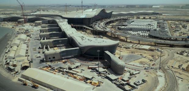 Lotnisko w ZEA jest jednym z najszybciej rozwijających się portów na świecie. Obecnie obsługuje obecnie 20 mln pasażerów rocznie. Docelowo ma możliwość wzrostu do 80 mln podróżnych.