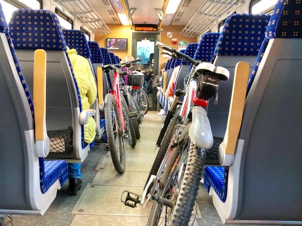 Nie zawsze potrzeba specjalnych konstrukcji. Dobry przykład życzliwości i życiowego podejścia obsługi pociągu regionalnego z Gdyni na Hel.