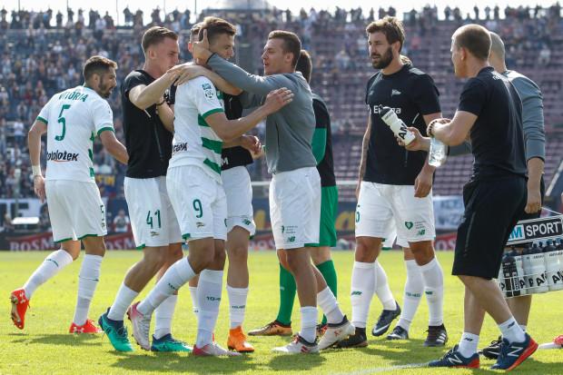 Patryk Lipski (nr 9) nie celebrował gola strzelonego Pogoni, gdyż pochodzi ze Szczecina i chciał okazać szacunek miejscowym kibicom. Po meczu piłkarze biało-zielonych mogli jednak cieszyć się z utrzymania w ekstraklasie.