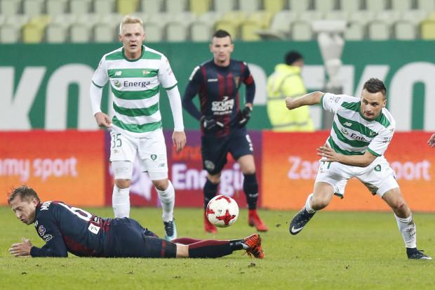 Daniel Łukasik (z lewej) i jego koledzy mogą odetchnąć, bo Lechia utrzymała się w ekstraklasie. Piłkarze chcą jednak jak najszybciej zapomnieć o obecnym sezonie.
