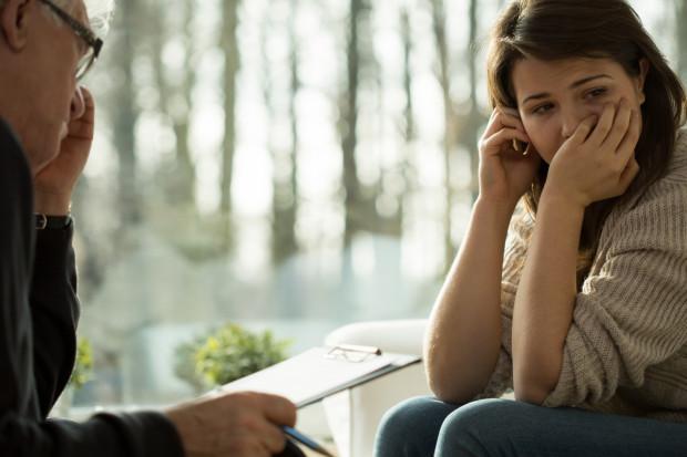 Często, z powodu strachu, osoby wymagające pomocy specjalisty zgłaszają się na terapię po dłuższym czasie od wystąpienia objawów. To prowadzi do dalszych komplikacji życiowych, a także, niejednokrotnie, do spędzenia wielu lat w samotności.