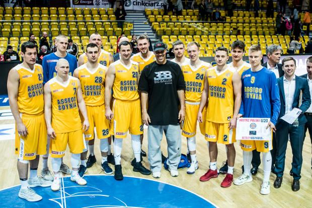 LaVara Balla (w środku) może w przyszłym sezonie zastąpić na zdjęciu grupowym Asseco Gdynia jego syn LaMelo Ball. Z widocznych na nim koszykarzy nie zagra już Piotr Szczotka (nr 20), który zakończył karierę. Kontraktu nie ma jedynie Przemysław Żołnierewicz (nr 28).