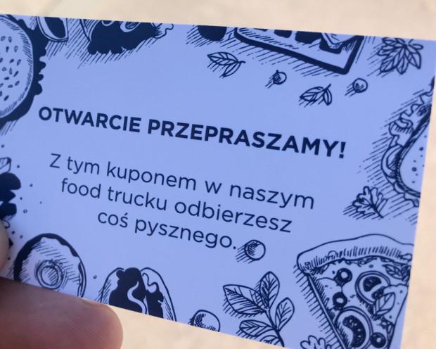 Na miejscu były obecne hostessy i hości z Forum Gdańsk, którzy w ramach przeprosin rozdawali kupony na kawę i ciastko z pobliskich foodtrucków.