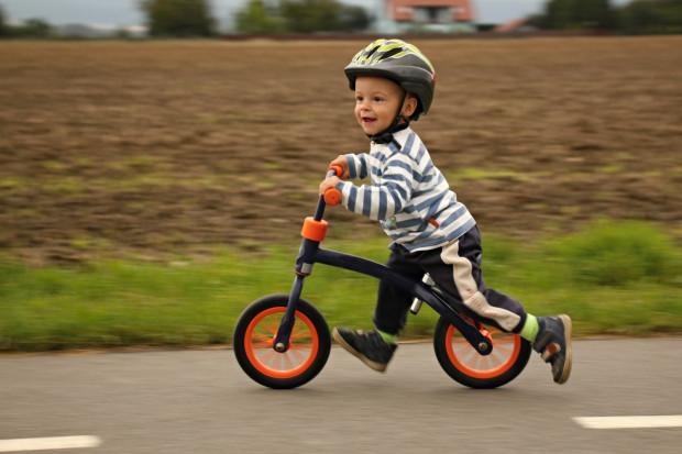 Dobrze jest rozpocząć przygodę z rowerami od rowerka biegowego, który jest lekki i zapewnia dziecku stabilność i poczucie bezpieczeństwa.