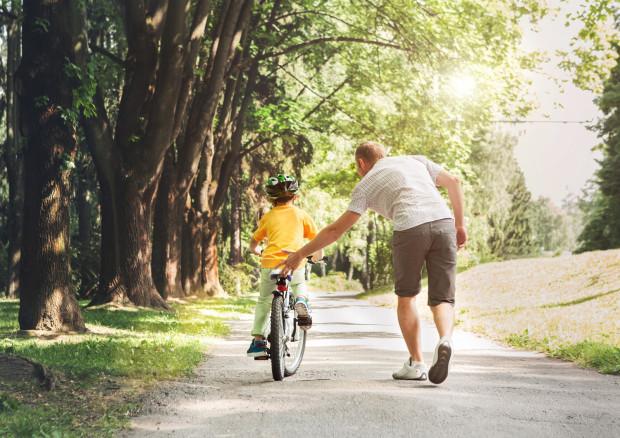 Dziecko powinno wyrobić w sobie nawyk zakładania kasku za każdym razem, zanim wsiądzie na rower.