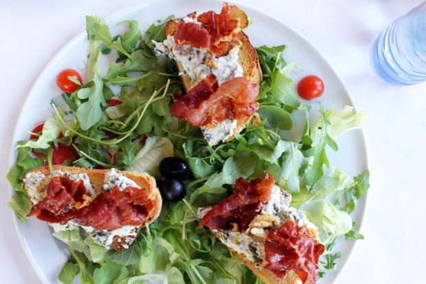 Crostinni Casa Cubeddu - przystawka, grzanki z włoskim serem Stracchino, włoską kapustą, orzechami włoskimi i chrupiącym boczkiem.