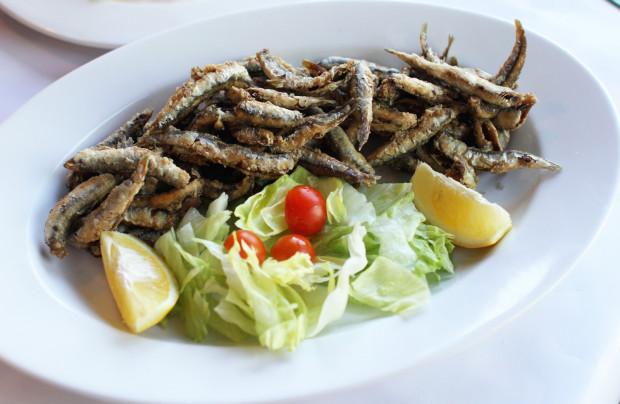 Fritture di alici su insalatina - chrupiące sardynki serwowane z sałatką.