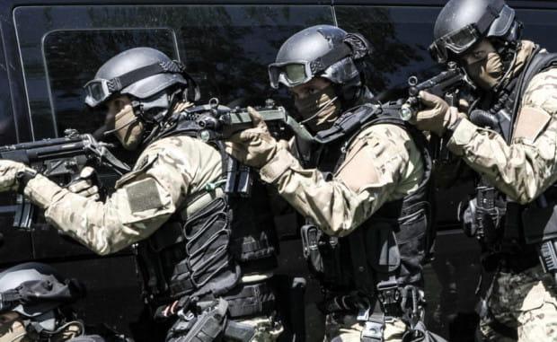 Szeroko zakrojona kampania promocyjna na razie nie pomaga - w każdym miesiącu więcej policjantów odchodzi ze służby, niż ją zaczyna.