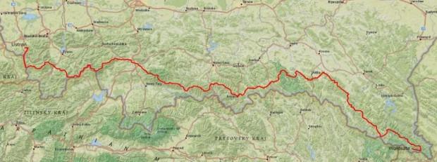 Trasę biegu wyznacza czerwone oznakowanie Głównego Szlaku Beskidzkiego, którego długość wynosi około 500km (różne źródła podają rozbieżne wartości, w przedziale od 496km do 519km). Przebiega on od Ustronia do Wołosatego, po drodze prowadząc przez najwyższe partie niemal wszystkich grup górskich polskich Beskidów (Beskid Śląski, Beskid Żywiecki i Makowski, Gorce, Beskid Sądecki, Beskid Niski oraz Bieszczady).