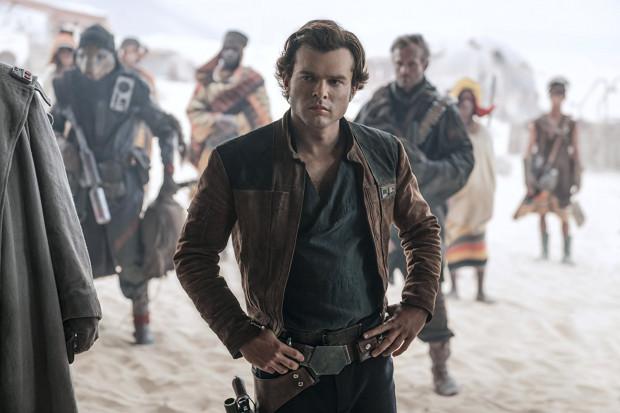 Alden Ehrenreich nie popełnił większych błędów, czym nie skazał się na potępienie fanów Hana Solo. Momentami bywa nawet bardzo przekonujący, stara się być charyzmatyczny, czasami dowcipny. Szczególnie w kontaktach z Lando i Chewbaccą, z którym... bierze nawet wspólny prysznic.