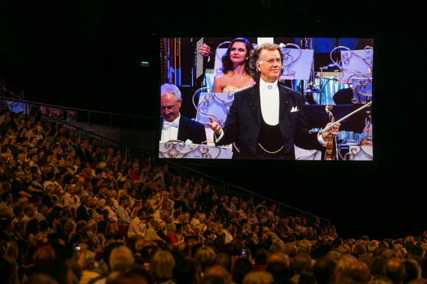 Przez przeszło 30 lat artystycznej działalności Andre Rieu zjednał sobie rzeszę wiernych fanów. Podczas sobotniego koncertu nie brakowało osób w szalikach z jego wizerunkiem czy obwieszonych innego rodzaju gadżetami.