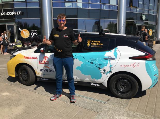 Marek Kamiński chce dojechać do Japonii elektrycznym Nissanem Leaf.