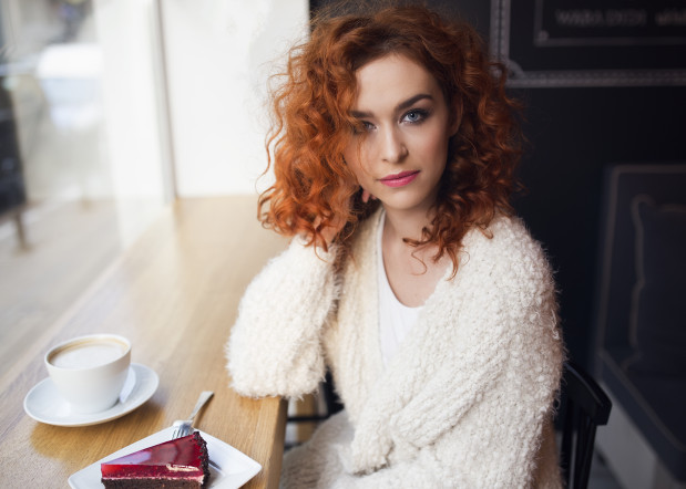"""Agata Przybyłek - 24-letnia pisarka. W maju ukazała się jej najnowsza, 13 powieść, pt. """"Ja chyba zwariuję!""""."""