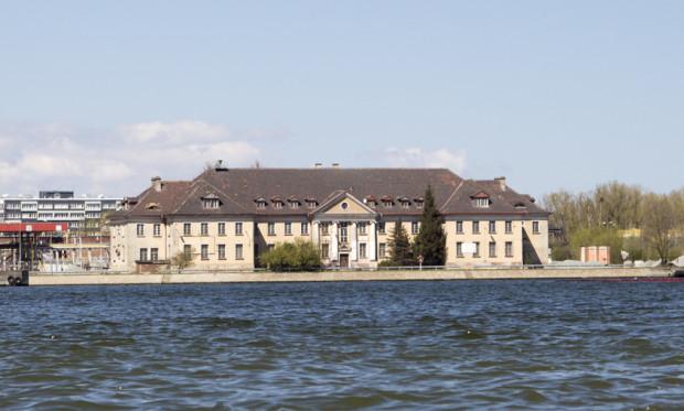 Budynek Poczty Morskiej widziany z Martwej Wisły.