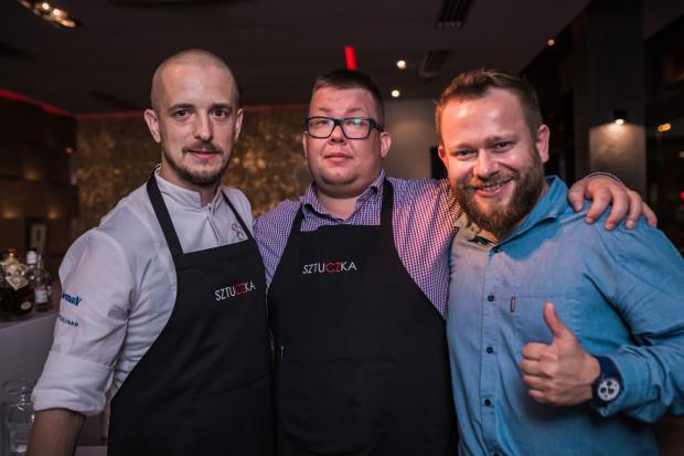 Środową kolację zorganizowano we współpracy restauracji Sztuczka z AleBrowarem. Na zdjęciu organizatorzy: Jacek Koprowski, Łukasz Chwojnicki i Michał Saks.