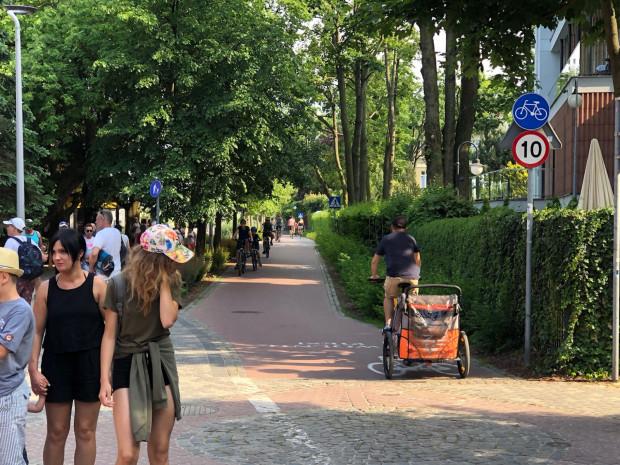Ograniczenie prędkości dla rowerzystów to typowo sopocki smaczek. Na tym odcinku należy natomiast faktycznie jechaćostrożnie i uważać, to nie ulega wątpliwości.