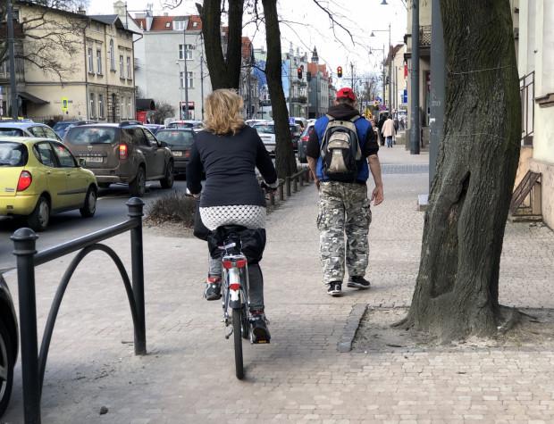 Al. Niepodległości - cztery pasy dla samochodów i zakaz jazdy rowerem zarówno ulicą, jak i chodnikiem.