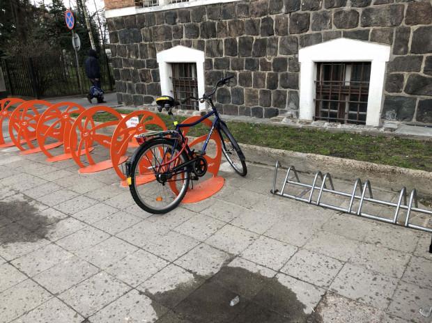 Rowerowe wyrwikółka królująw Sopocie nawet pod Urzędem Miasta. Kilka lat temu pojawiły sięstojaki sponsorowane i od tamtej pory praktycznie nic sięnie zmieniło.