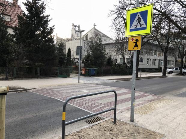 Wyniesione przejścia dla pieszych i wyniesione tarcze skrzyżowańsąjednąz niewielu skutecznych metod ograniczenia prędkości samochodów. Tu Sopot punktuje, niestety z barierozy lat 90-tych wciążsięnie wyleczył.