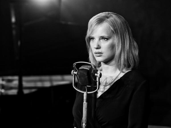 Najmocniej świecącą gwiazdą nowego filmu Pawła Pawlikowskiego jest fenomenalna Joanna Kulig, która gra rolę życia. Poziomu dotrzymuje również Tomasz Kot, a świetnie na dalszym planie radzą sobie Agata Kulesza i Borys Szyc, który udowadnia, że przy odpowiednich filmowych wyborach i warsztatowej wstrzemięźliwości jest w stanie zaoferować polskiemu kinu znacznie więcej niż w szemranej jakości komediach.