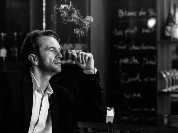 """Miłosna historia Zuli i Wiktora jest przyczynkiem do portretowania społecznych i politycznych przemian w Polsce. Na przykładzie zespołu """"Mazurek"""" obserwujemy też mechanizmy wykorzystywania kultury w celach propagandowych. Z kolei w zadymionych paryskich knajpach reżyser boleśnie marzenia polskiego uciekiniera konfrontuje z rolą zwykłego emigranta."""