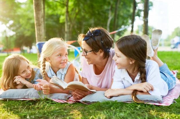 Rodzice zastępczy starają się budować więzi, żeby dzieci wiedziały, że są ważne nawet jeśli są tam tylko przez kilka miesięcy, lat, że jak każde inne maluchy mają przyjęcia urodzinowe, przyjaciół.