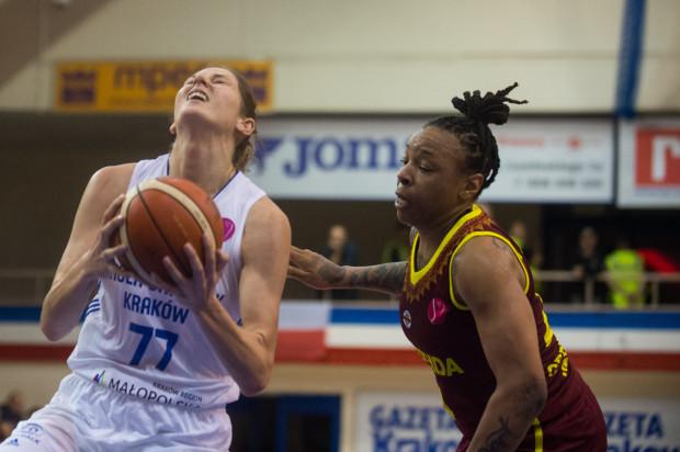 Emma Cannon (z prawej) grała w poprzednim sezonie w Eurolidze w barwach Nadieżdy Orenburg.