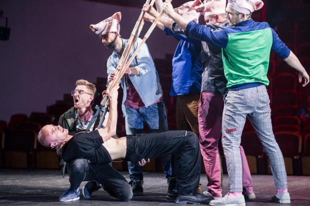 Przed obchodami rocznicowymi, upamiętniającymi w gdańskim spektaklu rocznicę wystąpienia Polski z Unii Europejskiej, zjawia się syn bohatera, Konrad Winkelrid (w tej roli Piotr Chys, na zdjęciu najniżej).
