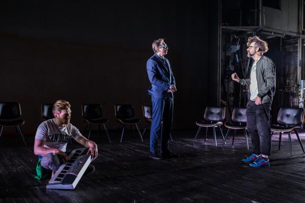 """Choć paradoksalnie właśnie proces budowy ról obserwujemy podczas przestawienia, które twórcy potraktowali bardzo autotematycznie, ukazując teatr """"od kulis"""". Na zdjęciu fragment próby z udziałem Pitera (Piotr Witkowski, po lewej), Czarlsa (Cezary Rybiński, w środku) oraz reżysera Martina (Marek Tynda)."""