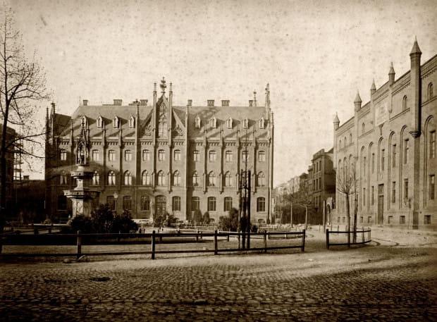 Jeden z najpiękniejszych zakątków Starego Przedmieścia na historycznym zdjęciu. Targ Maślany z widoczną po lewej stronie fontanną Wintera (nie przetrwała II wojny światowej). W tle gmach ówczesnej Naddyrekcji Poczty Królewskiej. Rok 1878.