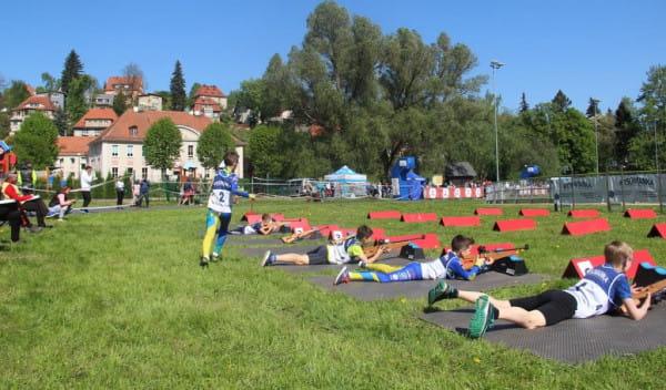 Podczas letnich zawodów biathlonowych nie jeździ się na nartach, a biega, do tego strzelanie odbywa się z broni laserowej.