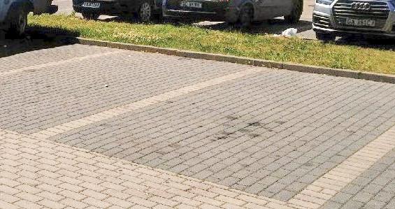 Parking przy ul. Spokojnej jest pełen plam po smarach i płynach eksploatacyjnych. Zdaniem naszego czytelnika stacjonują tu samochody dopiero przeznaczone do remontu.