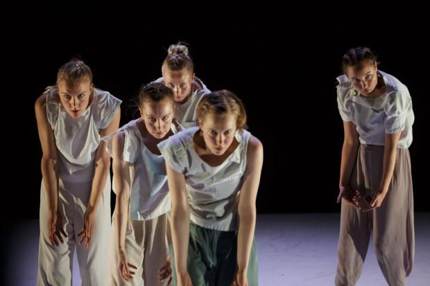 """Piękny taniec w najczystszej postaci, gracja i wdzięk to domeny najcieplej przyjętego spektaklu festiwalu - """"Dreams of replay"""" fińskiej Susanna Leinonen Company."""
