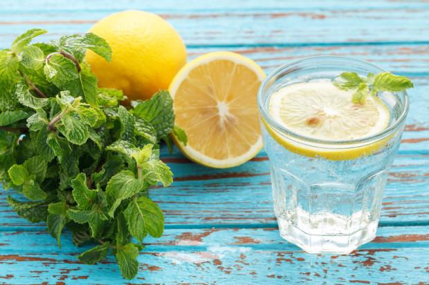 Jeśli nie lubimy smaku wody, możemy dodać do niej listek mięty i plasterek cytryny.