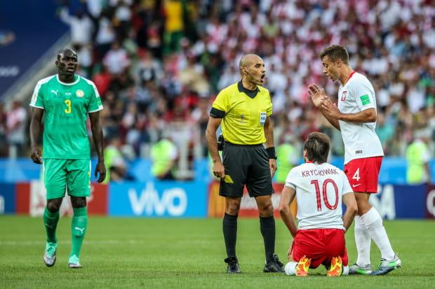 Grzegorz Krychowiak (nr 10), niegdyś piłkarz SWSiEMP Arka Gdynia, strzelił honorowego gola na inaugurację mundialu 2018. Natomiast prowadzenie Senegalowi dało samobójcze trafienie Tiago Cionka (nr 4)).
