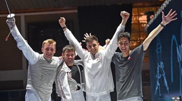 Brązowa drużyna florecistami z dwoma zawodnikami  Fundacji Gdańskiej Szkoły Floretu: Michałem Siessem (pierwszy z lewej)i Krystianem Gryglewskim (drugi z prawej).
