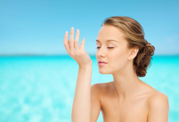 Gorące słońce, morskie fale, długie dni i krótkie noce... Jak wybrać zapach oddający uroki lata?