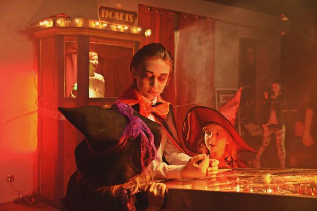 """Fabuła """"Cinema Adventure"""" rozpoczyna się pewnej nocy podczas Halloween. Trójka dzieci odkrywa niezwykły automat do gry, który otwiera drzwi do baśniowych portali. Za reżyserię i scenariusz odpowiada Oskar Kaszyński, właściciel Studia Panika i rodzic jednego z uczniów."""