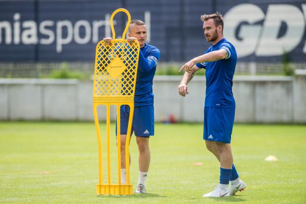 Michał Janota (z prawej), jeśli spełni swoje nadzieje związane z Arką Gdynia, może stać się piłkarzem, przy którym szybciej dojrzewać będą inni pomocnicy jak na przykład Michał Nalepa (z lewej).